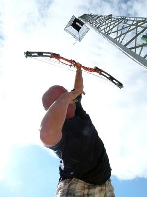 Un tireur à l'arc visant sa cible verticalement
