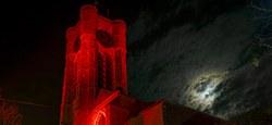 L'église St Julien illuminée en rouge pour le 22q11 Day