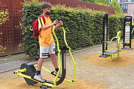 jeune sur élément de fitness esplanade ath