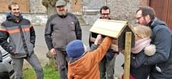 Des habitants participent à la végétalisation de leur cimetière